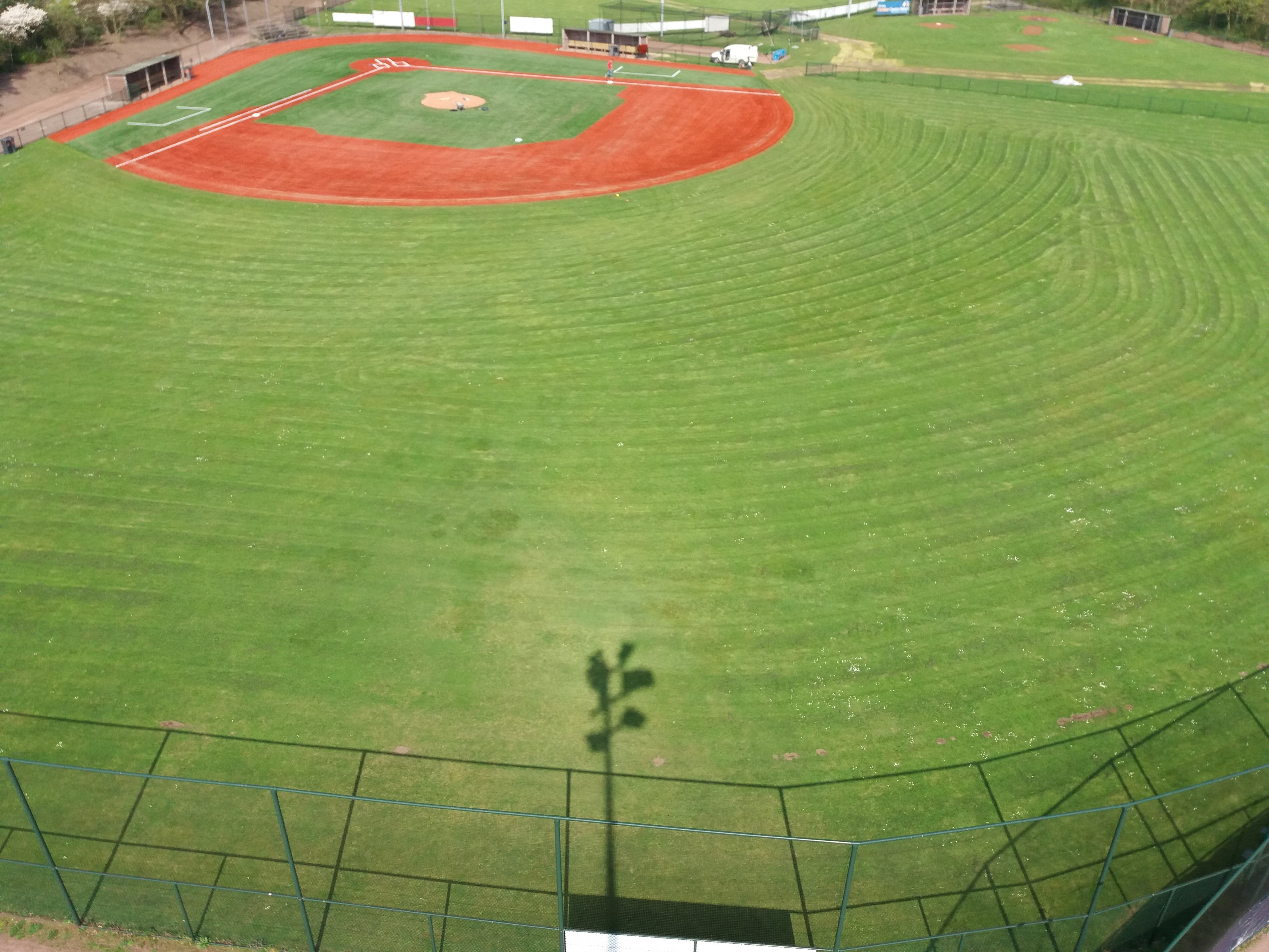 Aanleg kunstgras infield honkbal- en softbalveld bij H.C.A.W. Bussum