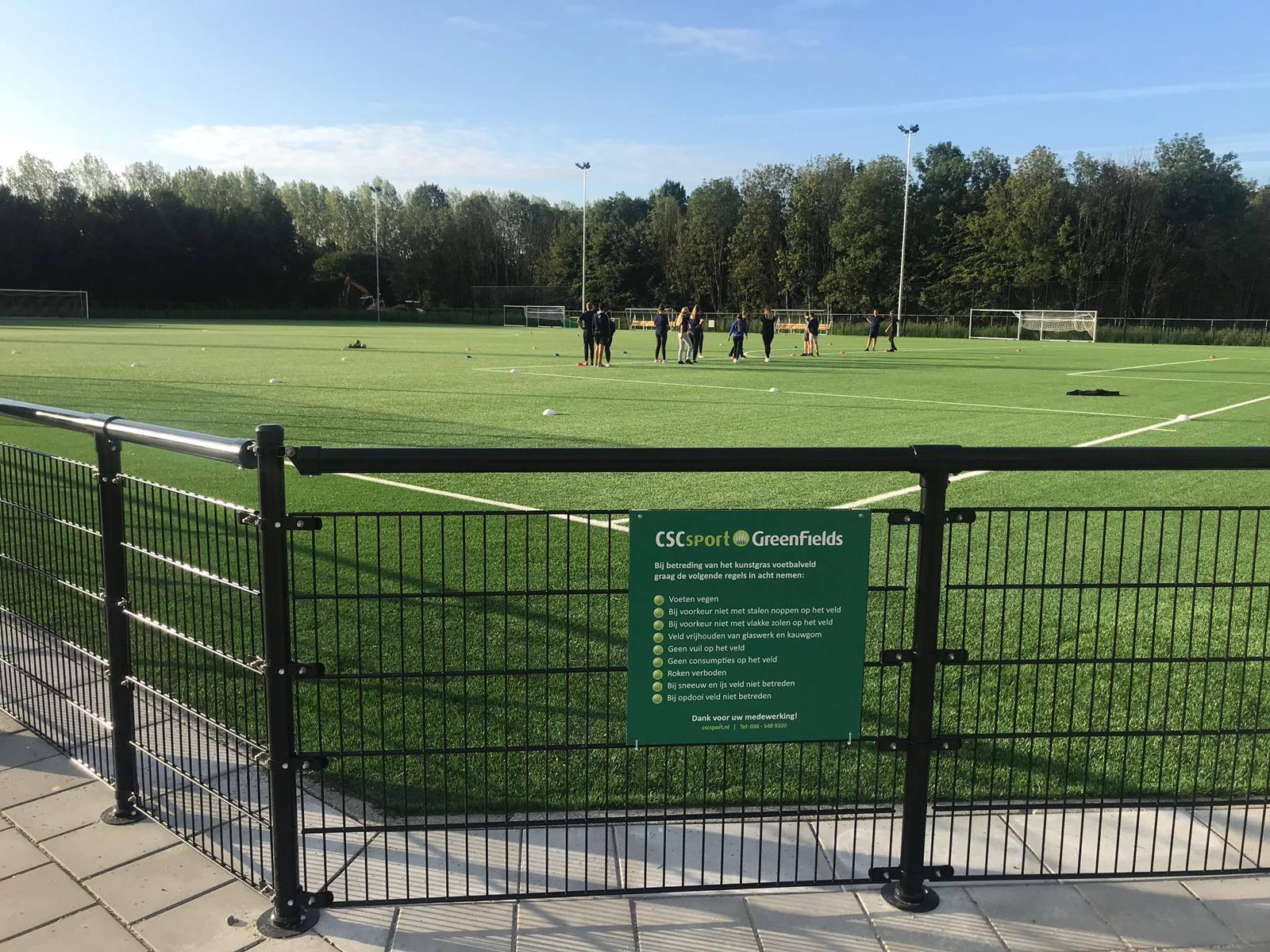 Twee prachtige kunstgras voetbalvelden met PRO-gran infill geïnstalleerd